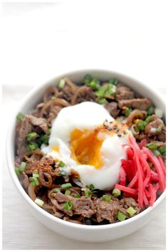 Gyudon and Onsen Egg. It's really easy to make your own Gyudon (Japanese beef rice bowl) and Onsen eggs at home. Onsen Egg, Easy Asian Recipes, Ethnic Recipes, Gyudon, Vegetarian Curry, Beef And Rice, Eastern Cuisine, Asian Cooking, International Recipes