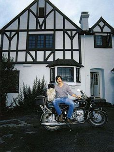 Steve jobs posing on his bmw motorcycle in front of his newly purchased house, at Bill Gates Steve Jobs, Apple Office, All About Steve, Steve Jobs Apple, Job Pictures, Apple Picture, Steve Wozniak, Mac, Short Men