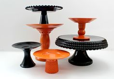 Halloween DIY cake stands that are super easy to make. Doesn't necessarily have to be Halloween. Halloween Cakes, Halloween Treats, Fall Halloween, Happy Halloween, Halloween Decorations, Halloween Party, Halloween Costumes, Halloween Clothes, Halloween Night