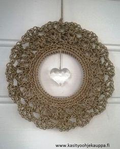 Pellavakranssia koristaa lasinen sydän. Kranssin voi ripustaa seinälle tai oveen ystävänpäivän aikaan, mutta sitä voi tuunata pienillä yksityiskohdilla myös vuodenaikojen ja teemojen mukaan.