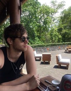 Image about green in Luke hemmings by tay on We Heart It 5sos Luke, 1d And 5sos, Hemmo1996, 5sos Pictures, Luke Roberts, Dc Memes, All That Matters, Wattpad, Michael Clifford