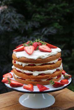 Pastel con capas de fresas y crema