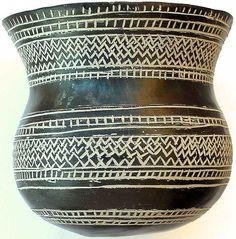 Réplica del vaso campaniforme de Cienpozuelos, el cual es parte de un conjunto de cerámica (Comunidad de Madrid, España) y expuesto en el Museo Arqueológico Nacional de España. Fue realizado en arcilla negra, pulimentado con una capa de barro fino, y decorado con motivos geométricos incisos rellenos de pasta blanca. Fechable en el Bronce inicial, entre 1970 y 1470 a.C. Fue encontrado en 1894 como parte de un ajuar funerario.
