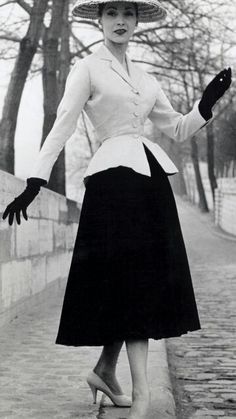 Oh how I wish the era of style would come back!! This full style. Elegance yet modest. (Most anyway) Attractive yet lady like. Beautiful and charming. Simple and sweet.