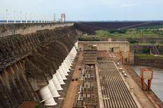 Represa de Itaipu (entre Brasil y Paraguay). Con una longitud de casi 8 kilómetros y una altura de más de 196 metros, la presa es tan alta como un edificio de 64 pisos. | Flickr/CC/Nico Kaiser