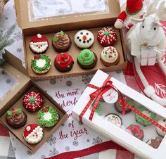 The most fabulous and impressive Christmas cupcakes, everything from adorable snowman to elegant snowflakes! Christmas Cookies Gift, Christmas Deserts, Christmas Goodies, Holiday Desserts, Holiday Baking, Holiday Treats, Holiday Recipes, Christmas Ideas, Karton Design