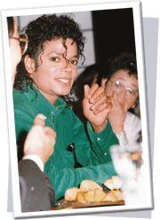 1987年 As a vegetarian he avoided meat and fish and as you see we prepared a large plate of Twenty Century (Asian) pears ベジタリアンとして、彼は肉と魚を避けていたので、私たちは大きなお皿に東洋ナシを用意した。(盛田会長夫人) 【 http://roxychel-allaboutmj.blogspot.jp/2011/03/heres-beautiful-touching-mj.html 】
