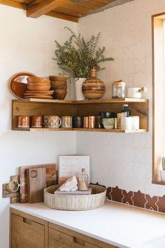 home accents shelves Summer Hygge Joshua Tree kitchen open corner shelving Design Jobs, Deco Design, Küchen Design, House Design, Design Ideas, Cabin Design, Wood Design, Decor Interior Design, Diy Home Decor