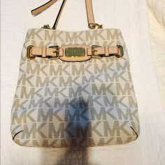Authentic Michael kors crossbody bag Like brand new used once but I need a little bigger Michael Kors Bags Crossbody Bags