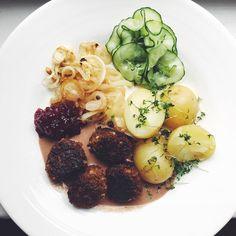 Vegetariska köttbullar med gräddsås, potatis, lingon, stekt lök och snabbsaltad gurka | Siri Barjes blogg