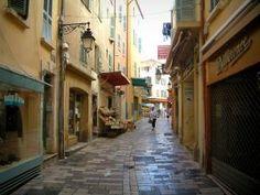 Hyères - Rue Massillon avec ses maisons aux façades colorées, ses magasins et ses étalages