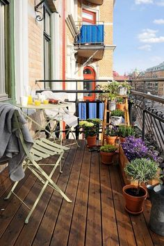 51 Cozy Apartment Balcony Decorating Ideas That Looks Awesome - Would you not fancy a crisply decorated balcony that can be a great entertaining, cozy place midst verdant plants and shimmering sunset? Behold and lo. Small Balcony Garden, Small Balcony Design, Small Balcony Decor, Outdoor Balcony, Outdoor Decor, Balcony Ideas, Small Balconies, Balcony Flowers, Iron Balcony