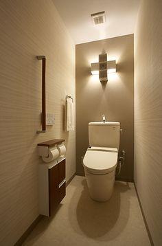【#ミサワホームイングデザインリフォーム 】照明と壁紙の工夫で癒しのトイレにリフォーム。配管スペースをコンパクトにまとめて奥行きを広げ、シンプルなデザインの手洗い付き便器を設置しました。奥の壁には濃い色目、両サイドの壁は横のライン模様と、クロスを貼り分けることで奥行感をさらに強調。アクセントとして飾り棚が付いた照明器具が効果的に使われています。まるでホテルの化粧室のようにモダンでシックなインテリアにまとまりました。 #リノベーション #リフォーム #住まい #インテリア #インテリアコーディネート #インテリアデザイン #トイレ #トイレインテリア #トイレリフォーム #トイレデザイン #アクセントクロス #ブラケットライト #シックインテリア #モダンインテリア #ホテルライクインテリア #シンプルインテリア #ミサワホームイング #intelimia Toilet, Bathroom, Interior, House, Design, Home Decor, Bath Room, Homemade Home Decor, Indoor
