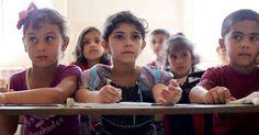 Έλληνες μαθητές υποδέχτηκαν με χειροκροτήματα τα προσφυγόπουλα - Βίντεο