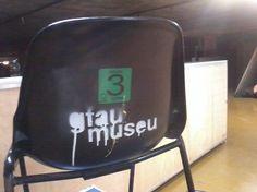 Stencil produzido por alunos participanted do gfau/ Destinatário: pessoas relacionadas a FAU, principalmente alunos/ Material: stencil e tinta branca/ Suporte: cadeira de plástico