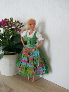 Mit dieser Tracht wird Barbie zum Hingucker. Dafür verwendete ich Baumwollgarn der Stärke 12, und für die Bluse Stärke 20, Häkelnadel Stärke 1,75 und für die Bluse1,5. Auf einer 6 seitigen PDF Anleitung wird Runde für Runde genau beschrieben, mit