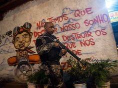 Nas pichações do Complexo da Maré é possível notar décadas de domínio do tráfico de drogas. A certeza vem das frases e dos recados ameaçadores que você lê, em bom ou mau português, em paredes de casas e muros da favela