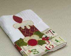 Toalha de mão Vela Christmas Applique, Christmas Sewing, Handmade Christmas, Christmas Ornaments, Applique Towels, Applique Quilts, Patch Quilt, Handmade Crafts, Diy And Crafts