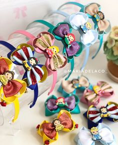 Nenhuma descrição de foto disponível. Baby Girl Hair Bows, Girls Bows, Diy Bow, Diy Ribbon, Homemade Bows, Disney Hair Bows, Kids Headbands, Boutique Hair Bows, Diy Hair Accessories