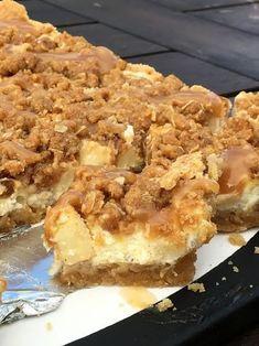 Äppelcheesecake-bars med kanelcrunch och karamellsås! – Alla goda ting Cookie Cake Pie, Cookie Desserts, No Bake Desserts, Delicious Desserts, Candy Recipes, Cookie Recipes, Dessert Recipes, Apple Recipes, Baking Recipes