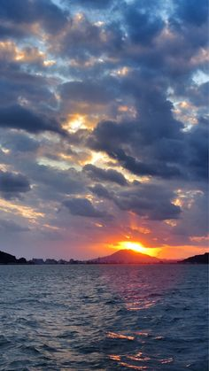 06 Oct 17:47 博多湾夕暮れの華、糸島富士(可也山365m)に日の入りです。  #sunset ( Evening Now at Hakata bay in Zipangu )