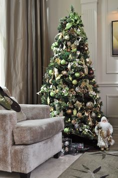 My family has always had the most beautiful Christmas trees. I need to find pictures of them to share with everyone. Beautiful Christmas Trees, Cozy Christmas, Green Christmas, Christmas Tree Ornaments, Christmas Holidays, Xmas, Christmas Decorations For The Home, Christmas Themes, Holiday Decor