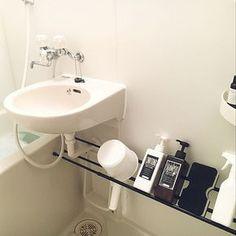 EMOMOさんのBathroom 無印良品 無印 100均 シャンプーボトル セリア ラベル つっぱり棒 シンプル モノトーン つっぱり棚 スッキリ シャンプーボトル ラベルシールに関する部屋写真