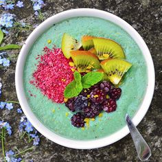 Mermaid Spirulina Smoothie Bowl: 1 frozen banana 1 apple 1/2 pear 1 kiwi 3 Tbsp yogurt juice of 1/2 lemon 3 spirulina tablets