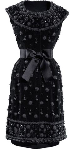 Vestido de cóctel en terciopelo liso de seda negra. 1962. Cristóbal Balenciaga.