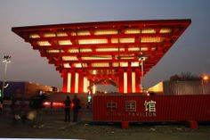 """O pavilhão do país-sede, a China, possui 63 m de altura e é o mais alto da exposição. O projeto é do arquiteto chinês He Jingtang, que propôs a celebração de diversos elementos tradicionais chineses como a arquitetura, a caligrafia, a jardinagem e o planejamento urbano, lembrando o formato dos antigos pagodes chineses. Chamado """"The Crown of the East"""" o pavilhão é marcado pela verticalidade e simetria. A cobertura é inspirada na dougong, uma técnica construtiva milenar no oriente."""