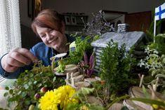 Leena Raitanen, 50, asuu Loimaalla ja työskentelee puutarhamyymälässä. Hän on rakentanut minipuutarhoja koko ikänsä.