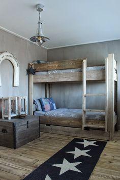 Hier is dan het nieuwe stapelbed!   Vorige week dinsdag werd het bed bezorgd.   We kunnen nu dan echt zeggen dat de kamer k...