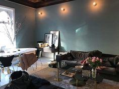 Petra Tungården har målat om och färgen är den finaste vi sett - Metro Mode 1st Apartment, Flat Ideas, Grey Walls, Color Themes, Decoration, Colorful Interiors, Petra, Sweet Home, Art Deco