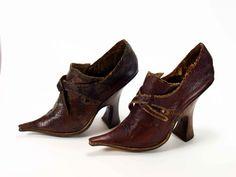 Can you imagine the pain of wearing these???   1 Paar Damen- Schnallenschuhe, Rokoko, 1720- 1740  [Museum Weißenfels - Schloss Neu-Augustusburg]
