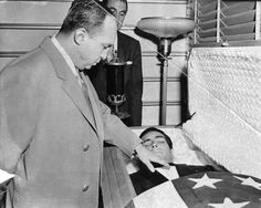 Work in Progress. Los Angeles crime boss Mickey Cohen pays his final respects to gangster Johnny Stompanato. Stompanto was stabbed to death by the daughter of Lana Turner in Hollywood Actor, Classic Hollywood, Old Hollywood, Colorized Historical Photos, Mickey Cohen, Vegas Vacation, Al Capone, Lana Turner