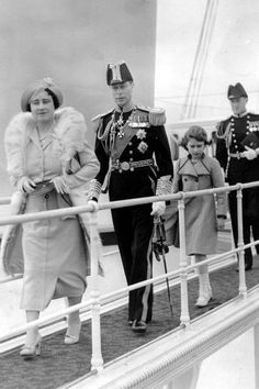 Queen Elizabeth (The Queen Mother), King George VI & Princess Elizabeth (Queen Elizabeth II) George Vi, Lady Elizabeth, Princess Elizabeth, Royal Queen, Queen Mary, Rms Titanic, Sandringham House, Commonwealth, Mode Chanel