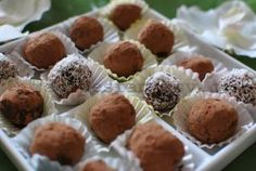 Raw vegan chocolate truffles - For chocolate lovers, these chocolate raw truffles are simply a delight. While it might seem a decadent dessert with a sweet taste, the raw vegan chocolate truffles is a good dessert and even diet-friendly Vegan Chocolate Truffles, Raw Chocolate, Chocolate Lovers, Raw Vegan, Fun Desserts, Muffin, Diet, Breakfast, Food