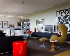 Quoi de mieux qu'n Egg Chair et son ottoman de Arne Jacobsen pour se prélasser dans son salon?