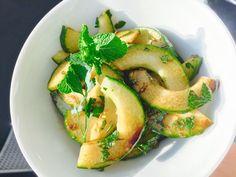 Serveer een komkommersalade met munt bij de meest uiteenlopende gerechten. Eenvoudig, lekker en het middel om van je maaltijd een feest te maken.