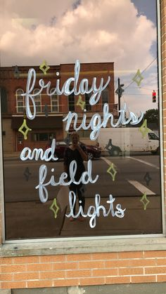 Window painting for cheerleading - Pauline Miguet - Photo Football Banner, Football Signs, Football Cheer, School Football, Football Posters, School Spirit Posters, Cheer Posters, Cute Insta Captions, Picture Captions