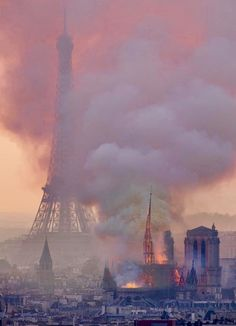 Notre-Dame: Feuerinferno in Paris – erster Alarm schon um Uhr! - Notre-Dame: Feuerinferno in Paris – erster Alarm schon um Uhr! – News – Bild. Tour Eiffel, Image Paris, Paris Images, I Love Paris, Paris City, Kirchen, Belle Photo, Paris Skyline, Photo And Video