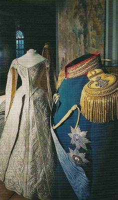 Коронационный мундир императора Николая II и коронационное платье Александры Фёдоровны (1896). Оружейная палата