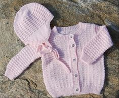 Hand made knitted set for a baby girl, month size. Pink set with teddy bear buttons & white Pom-Pom hat Knitting For Kids, Baby Knitting Patterns, Baby Patterns, Baby Barn, Crochet Baby Clothes, Baby Shirts, Drops Design, Hue, Little Ones