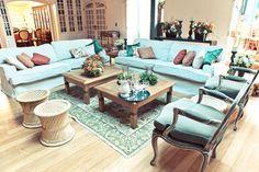 Lounge em tons de branco, terracota, azul e móveis rústicos para casamento na fazenda. Foto: Juliana Mozart