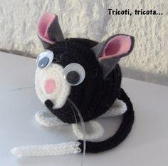 Petit chat noir en tricotins