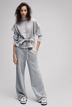 В Pre-Fall коллекции Александр Вэнг узаконил новый подвид костюма — sweat suit: видоизмененные толстовки и тренировочные штаны дизайнер скомбинировал в комплекты, которые впишутся даже в офисный дресс-код. В этом — главная&nbsp