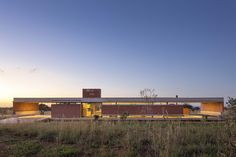 Construido en 2017 en Brasilia, Brasil. Imagenes por Haruo Mikami. El proyecto está ubicado en un área rural, 40km del centro de la ciudad de Brasilia. La topografía tiene una ligera pendiente hacia la parte trasera...