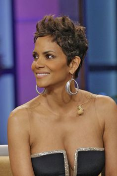 Berry& hair evolution is all the inspiration you need because contrary to popular belief, having short hair shouldn& limit your styling options. Halle Berry Haircut, Halle Berry Short Hair, Halle Berry Pixie, Halle Berry Hairstyles, Halle Berry Style, Halle Berry Hot, Classic Hairstyles, Pixie Hairstyles, Pixie Haircuts