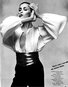 Photo by Giampaolo Barbieri 1980 Trousers and blouse Pims Vogue Italia, December 1980 1980s Fashion Trends, Retro Fashion, Vintage Fashion, Komplette Outfits, Fashion Outfits, Mode Editorials, Power Dressing, Fashion Poses, Mode Inspiration