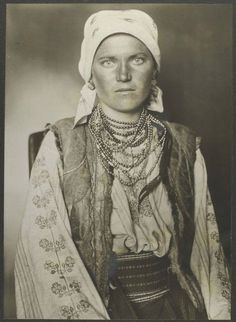 """A Ruthenian woman. Portraits from Ellis Island, Augustus Sherman. --- """"What America's immigrants looked like when they arrived on Ellis Island"""" photo series and article Ukraine, Isla Ellis, Des Femmes D Gitanes, Vintage Photographs, Vintage Photos, Ellis Island Immigrants, Colorized Photos, Gypsy Women, Gypsy Life"""